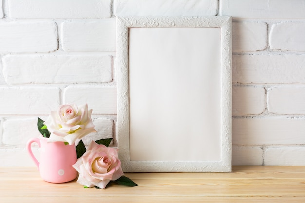 Maquete de quadro branco com duas rosas cor de rosa pálidas
