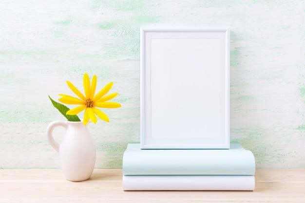 Maquete de quadro branco com flores amarelas brilhantes e livros