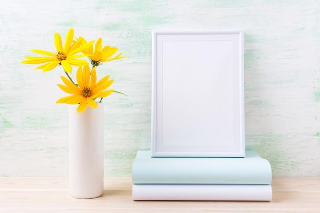 Maquete de quadro branco com rosinweed amarelo dourado e livros
