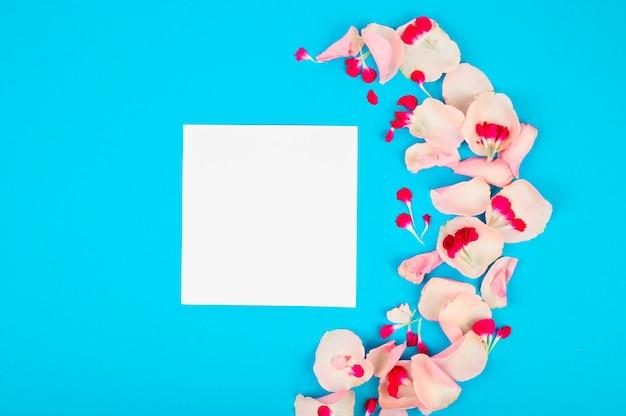 Maquete de quadro em branco com pétalas de rosa. teste padrão floral bonito estilo liso leigo
