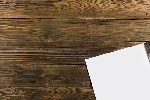 Maquete de revista em fundo de madeira
