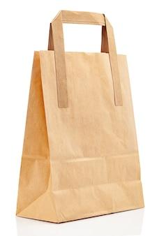 Maquete de saco de papel com lugar para logotipo isolado no fundo branco