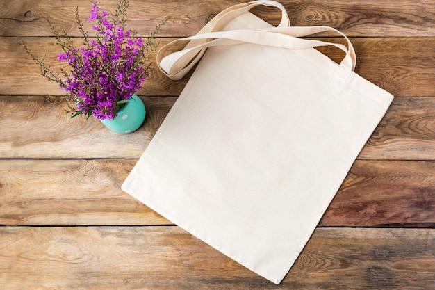 Maquete de sacola de lona com flores silvestres roxas