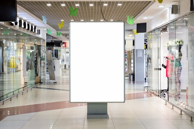 Maquete de sinal de publicidade em branco dentro do centro comercial