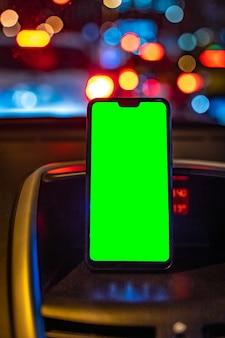Maquete de smartphone com tela verde no carro enquanto dirige para adicionar gps ou aplicativo
