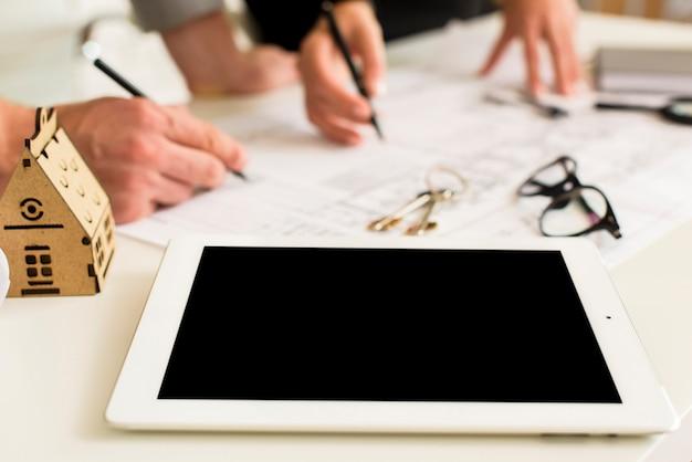Maquete de tablet close-up em uma tabela