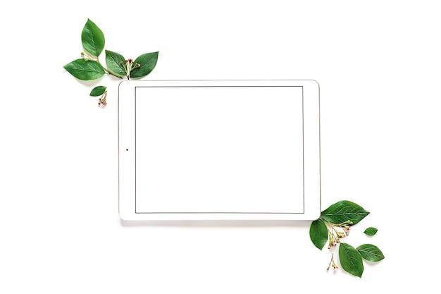 Maquete de tablet de folha sobre fundo verde. moda primavera. folha verde. fundo verde