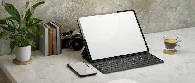 Maquete de tablet digital de estilo loft interior de espaço de trabalho maquete de smartphone na mesa de trabalho de mármore