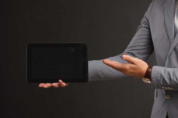Maquete de tablet digital nas mãos de mulheres
