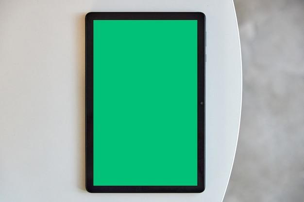Maquete de tablet na mesa branca com espaço livre para texto