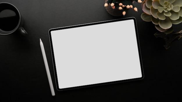 Maquete de tablet portátil com caneta stylus no fundo escuro do espaço de trabalho preto acima da cabeça
