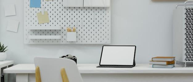 Maquete de tela de tablet de espaço de trabalho moderno mínimo em pé sobre uma mesa de decoração de interiores branca