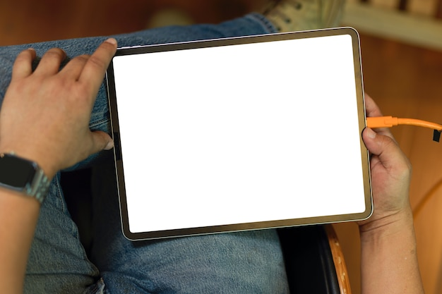 Maquete de tela em branco do tablet em mãos masculinas. freelancer masculino trabalhando em seu tablet digital