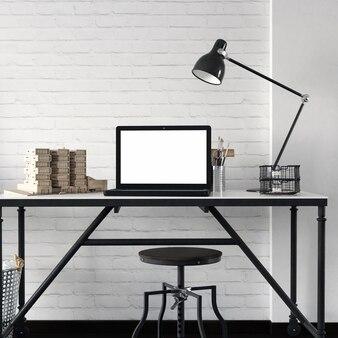 Maquete de tela em branco laptop na tabela com decoração