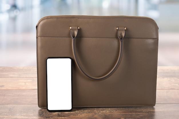 Maquete de telefone celular e uma bolsa de couro comercial