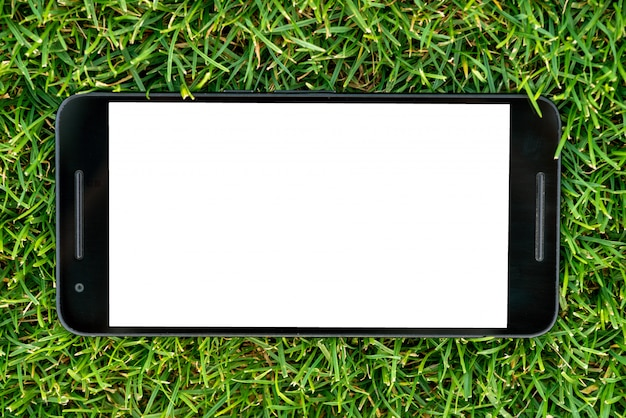 Maquete de telefone inteligente móvel com tela branca sobre fundo verde grama.