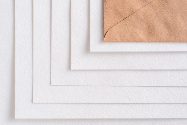 Maquete de um marrom e muitos cartões brancos em linha