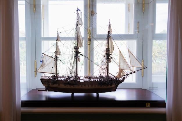 Maquete de veleiro no museu na janela