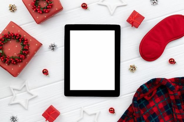 Maquete de venda de compras de natal com manto, presentes e enfeites em fundo de madeira. modelo de layout plano de vista superior para convite de saudação