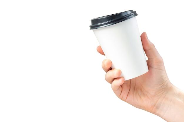 Maquete de xícara de café de papel na mão isolada no branco