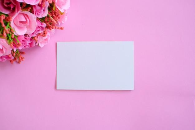 Maquete do cartão branco papel no fundo