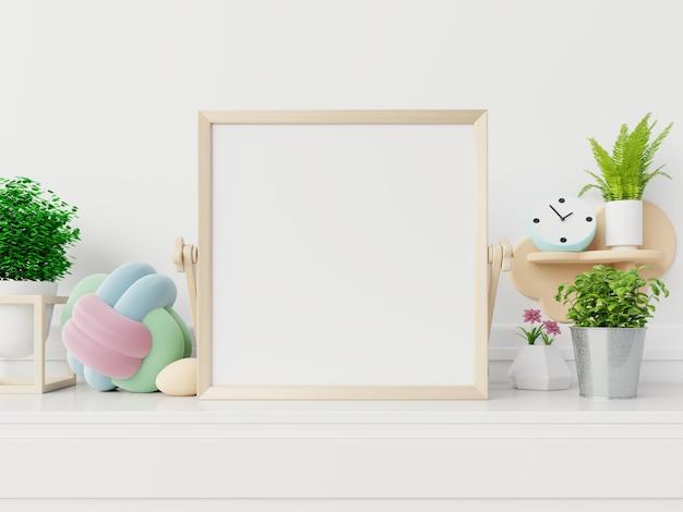 Maquete do cartaz com moldura vertical, maquete do quadro em branco no novo interior com flores