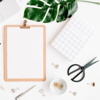 Maquete do espaço de trabalho de escritório em casa com laptop, área de transferência, folha de palmeira, caderno e acessórios