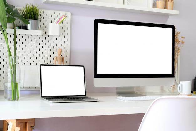 Maquete do espaço de trabalho limpo moderno com computador desktop de tela em branco.
