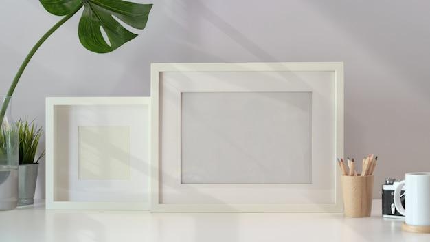 Maquete do quadro em branco no espaço de trabalho mínimo