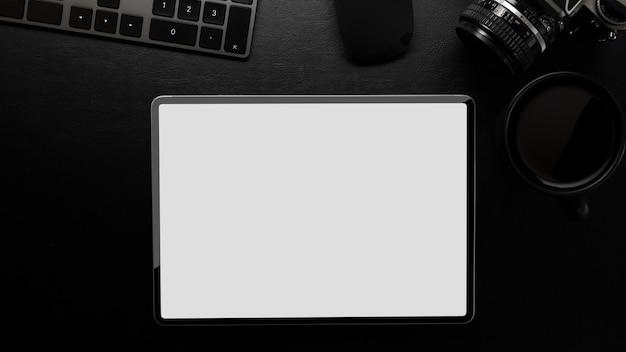 Maquete do tablet moderno com teclado de café na mesa de trabalho de couro preto sobre fundo preto