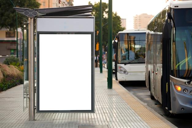 Maquete e modelo de outdoor de publicidade em branco ou outdoors leves