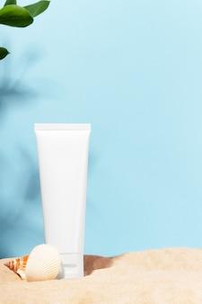 Maquete em branco para creme facial, loção hidratante e nutritiva, bálsamo à beira-mar