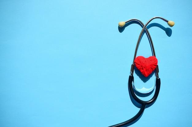 Maquete médica com estetoscópio, coração vermelho