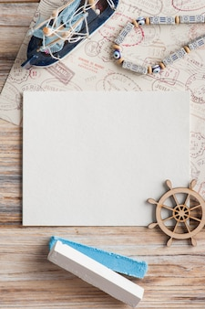 Maquete, nota de papel vazia, barco e selos