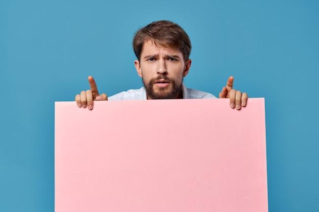 Maquete rosa masculina emocional poster cópia espaço publicidade azul.