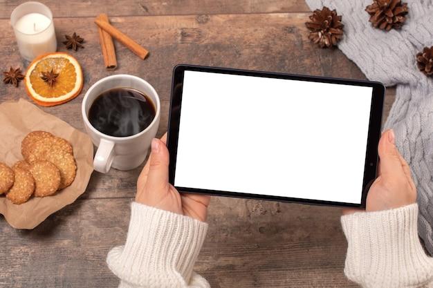 Maquete tablet pc. mãos de mulher segurando um tablet pc preto