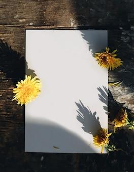Maquete vertical de cartão de felicitações de papel