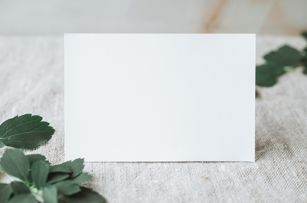Maquetes de papelaria de cartão pessoal em branco com luz natural do sol e sombras botânicas em linho cinza
