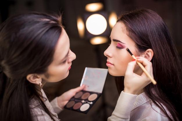 Maquiador aplicar maquiagem