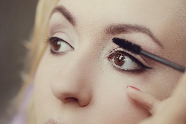 Maquiador com linda mulher loira