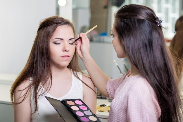 Maquiador fazendo maquiagem