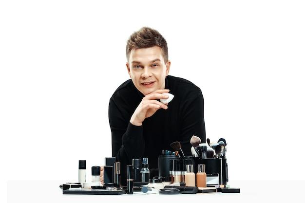 Maquiador profissional com ferramentas isoladas em branco