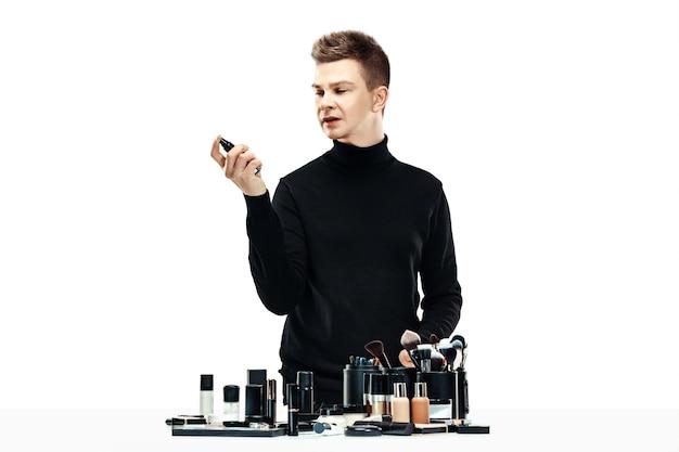 Maquiador profissional isolado no branco
