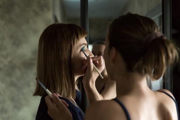 Maquiadora faz seu trabalho