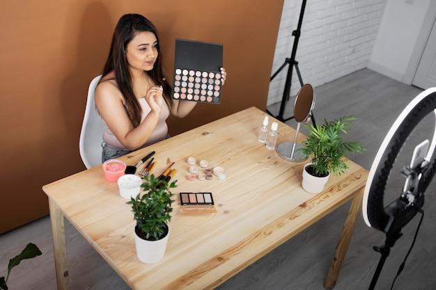 Maquiadora fazendo vlogs de seus tutoriais