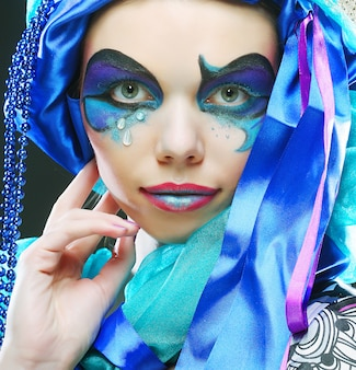 Maquiagem azul de férias para rosto de mulher