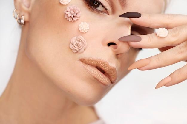 Maquiagem bege e manicure em unhas compridas