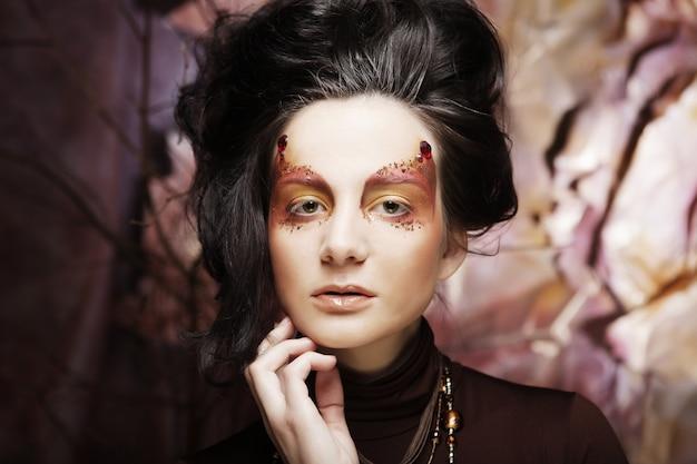 Maquiagem brilhante. rosto de mulher bonita