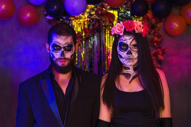 Maquiagem catrina de caveira de halloween, charmoso retrato de casal em uma festa