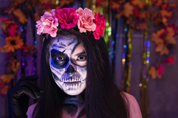Maquiagem catrina de caveira de halloween, retrato encantador de jovem fantasiada em uma festa
